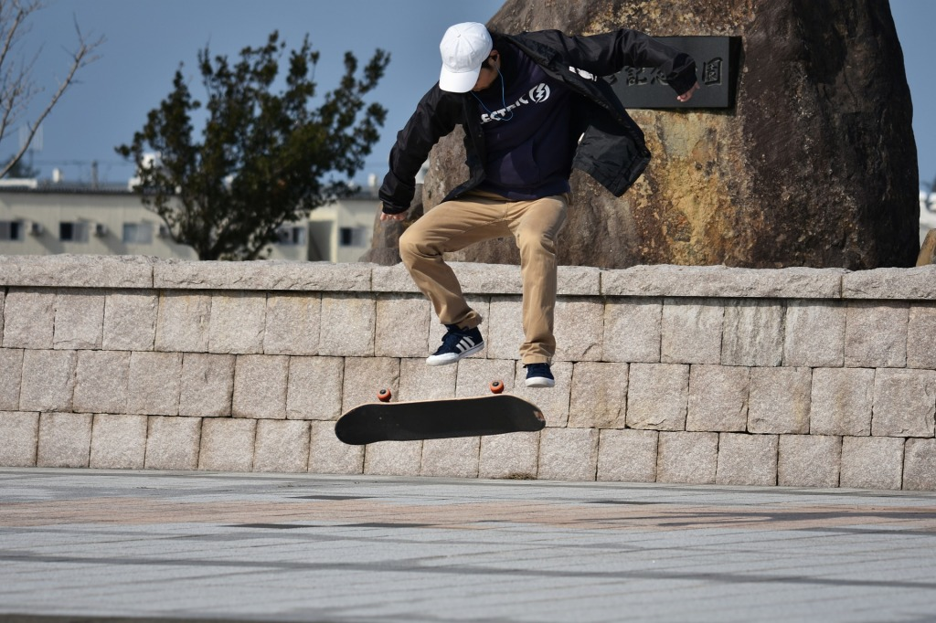 Skaters effectuant un ollie.